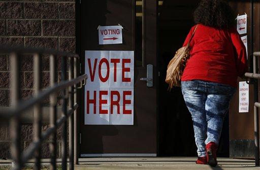 Una electora entra a un sitio de votación para emitir su voto en las primarias de Alabama el martes 1 de marzo de 2016 en Birmingham, Alabama (Foto AP/Brynn Anderson)
