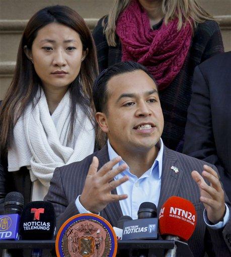 El mexicano César Vargas habla en rueda de prensa el miércoles 15 de noviembre del 2016 frente a la alcaldía de Nueva York. Legisladores y activistas pidieron al presidente Barack Obama que proteja a 750.000 jóvenes de la deportación a través de un perdón presidencial antes de que Donald Trump llegue a la Casa Blanca.  (Foto AP/Bebeto Matthews)