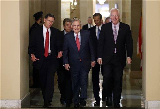 El líder del bloque mayoritario en el Senado, Mitch McConnell, camina flanqueado por los senadores John Barrasso y John Cornyn en el Capitolio en Washington, miércoles 16 de noviembre de 2016. Los republicanos eligieron el miércoles a Mitch McConnell como líder de la mayoría en el Senado, una figura clave que ayudará a impulsar la agenda legislativa del gobierno entrante de Donald Trump. (AP Foto/Alex Brandon)