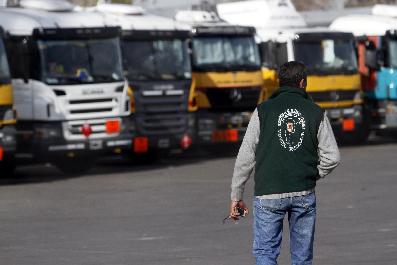 DYN16, DOCK SUD, 20/06/2012, CAMIONES TRANSPORTADORES DE COMBUSTIBLE DURANTE EL PARO DE CAMIONEROS. FOTO:DYN/LUCIANO THIEBEREGER.