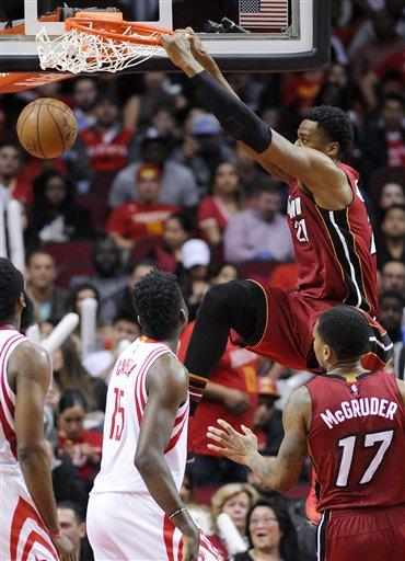 El pívot del Heat de Miami, Hassan Whiteside, consigue una clavada en la segunda mitad del juego ante los Rockets de Houston el miércoles 15 de febrero de 2017 en Houston. (AP Foto/Eric Christian Smith)
