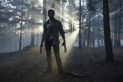 """Esta imagen difundida por 20th Century Fox muestra a Hugh Jackman en el papel de Lobezno (Wolverine) en la cinta """"Logan"""".  """"Logan"""", película derivada de los """"X-Men"""", recaudó 85,3 millones de dólares en taquilla el fin de semana del 4 de marzo del 2017, sobrepasando expectativas y ubicándose entre los debuts con mejores recaudaciones en un mes de marzo. (Ben Rothstein/Twentieth Century Fox via AP)"""